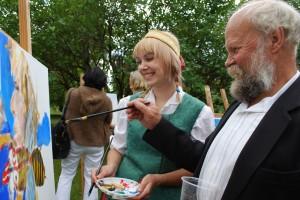 Dailininkas Kastytis Skromanas tapo varėniškės moksleivės Rimvilės Piščikaitės portretą. 2011 m. , rugsėjis. Marcinkonys