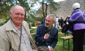 Rašytojai (iš kairės) Valentinas Sventickas ir Stasys Stacevičius. 2011 m., rugsėjis. Marcinkonys, Varėnos rajonas.