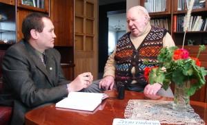 Česlovas Skaržinskas kalbasi su seniausiu Lietuvos kinematografininku Stasiu Vainalavičiumi. 2006 m., Vilnius, Balsiai