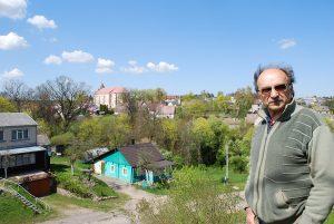 Fotomenininkas Algimantas Černiauskas prie savo namų Merkinėje