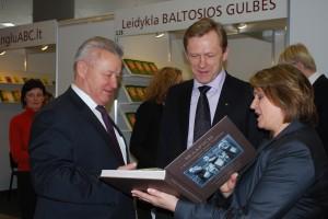 Kultūros ministras Šarūnas Birutis (centre) knygų mugėje