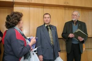 Valstiečių laikraščio vyriausiasis redaktorius Jonas Švoba (dešinėje) ir vyriausiojo redaktoriaus pavaduotojas Česlovas Skaržinskas sveikina Lietuvos bendruomenių vadovus. 2006 m., Vilnius