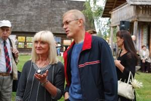 Varėnos rajono savivaldybės švietimo, sporto ir kultūros skyriaus vedėjo pavaduotoja Regina Svirskienė ir Seimo narys Algis Kašėta. 2011 m., Marcinkonys