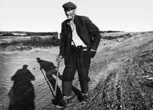 Pranas Sakalauskas eina iš Daujočių pirkti duonos į Zanėnų kaimą, 1981 m.