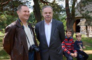 Rašytojas Aloyzas Tendzegolskis (dešinėje) ir šio rašinio autorius 2013 m. kraštiečių susitikime Marcinkonyse