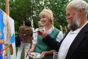 Marcinkonių etnografinėje sodyboje dailininkas Kastytis Skromanas nutapė dainininkės iš Nedzingės Rimvilės Piščikaitės portretą / Česlovas Skaržinskas
