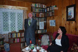 Etnologas prof. Libertas Klimka (dešinėje), svečiuodamasis Gudakiemio kaime, pas šių eilučių autorių, teigė, kad kaimas išsidėstęs gražiame ir derlingame ledynmečio suneštame slėnyje