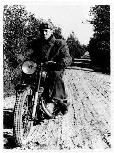Daug metų Gediminas Žadeika pas Širvintų kaimo žmones vyko su rusišku motociklu Ižas...  / Žadeikių šeimos albumo nuotraukos