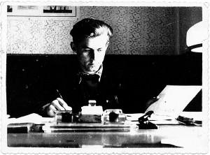 Gediminas rajono laikraščio redakcijos darbo kabinete  /  Žadeikių šeimos albumo nuotraukos