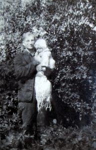 Merkiniškė Malvina Remeikienė sakė labai mylėjusi savo pirmąjį vyrą Ji išsaugojo vienintelę partizano Jono Ivanausko nuotrauką, kurioje jis 1948 m. pavasario pabaigoje prie krūtinės glaudžia kelerių mėnesių sūnų Mindaugą