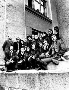 1979-ieji. Vilniaus valstybinio pedagoginio instituto literatai su vadovu Kęstučiu Nastopka (pirmas antroje eilėje iš kairės). Pirmoje eilėje iš kairės – literatai Edvardas Vaičius, Liudas Vitkauskas, Petras Kalvelis, šio rašinio autorius