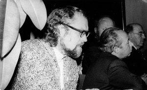1979-ieji. Iš kairės – poetas Marcelijus Martinaitis, literatūros kritikas Dovydas Judelevičius, prozininkas Juozas Aputis ir poetas Albinas Žukauskas vertina literatų kūrybą