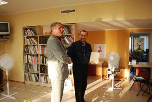 Iš dešinės – Petras Zurlys su Varėnos rajono savivaldybės viešosios bibliotekos direktoriumi Eitaru Krupovičiumi / Česlovo Skaržinsko nuotraukos