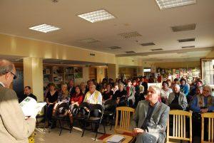 Petras Zurlys (dešinėje) Varėnos rajono savivaldybės viešojoje bibliotekoje Burokarasčio kaimo gyventojams pristato kraštietės Onos Vaškelevičiūtės-Zakarauskienės knygą Dzūkijos žolelės gydo / Česlovo Skaržinsko nuotraukos