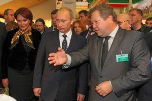 2009 m. rudenį Maskvos Zolotaja osen parodoje mūsų žemės ūkio ministras Kazimieras Starkevičius tuomečiam Rusijos premjerui Vladimirui Putinui pristato lietuvišką produkciją... / Česlovo Skaržinsko nuotraukos