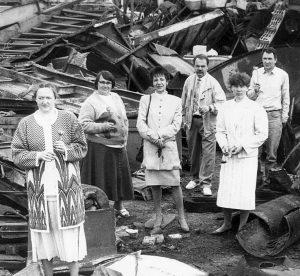 Nepriklausomo Varėnos rajono laikraščio Merkio kraštas kolektyvas (vadovas – viduryje) išeina iš socializmo griuvėsių